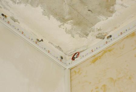 монтаж подсветки натяжного потолка светодиодной лентой